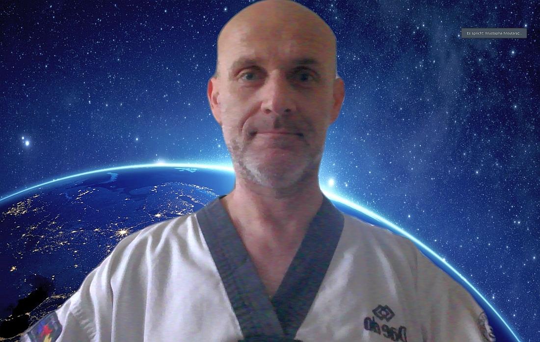 Foto: Peter Nestler als Referee bei der Online Taekwondo Poomsae Online WM 2020