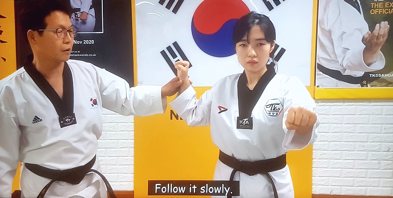 Foto: Kang Ik-Pil,_Taekangwon, Poomsae Taekwondo-Training online